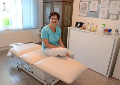 Esther Gröbli im Therapieraum der Massagepraxis in Uzwil SG